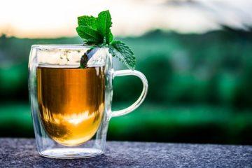 Einen Tee von einer Teemaschine